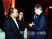 """越南政府总理阮春福突然出现在""""2017年越南潜在之美""""晚会并同外国商界人士亲切交流"""