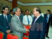 越南政府总理阮春福前往越南驻柬大使馆慰问工作人员