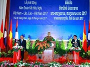 阮春福与老挝总理通伦共同主持2017年越老两国友好团结年启动仪式