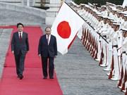 日本首相安倍晋三举行隆重仪式 欢迎越南政府总理阮春福访日