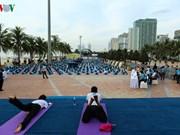 数千人参加瑜伽集体表演 庆祝第三次国际瑜伽日
