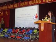 以色列驻越大使馆向越南残疾儿童赠送100辆轮椅