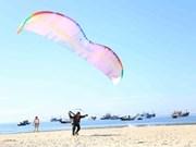 100多名飞行员参加岘港滑翔伞公开赛
