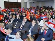 越老柬三国阵线主席与三国模范大学生在河内举行交流会