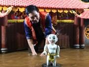 向韩国友人介绍越南水上木偶艺术