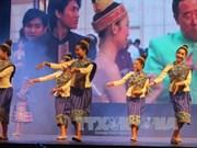 老挝艺术代表团在越南清化省进行演出