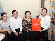 越南祖国阵线中央委员会主席陈清敏探望乂安省革命战争时期有功人员