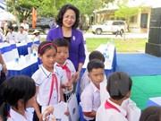 邓氏玉盛副主席走访慰问广南省优抚家庭和贫困优秀学生