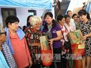 越南胡志明市妇女向金边贫困者赠送慰问品