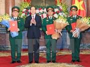 国家主席陈大光向三位晋升军衔的军官颁发决定