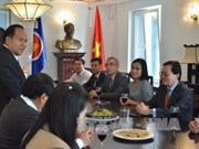 老挝常驻联合国日内瓦办事处代表祝贺越南国庆节
