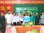 越南向柬埔寨贫困学生赠送1000个笔记本