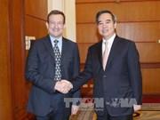 越共中央经济部长阮文平会见加拿大和法国驻越大使