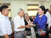 国会主席阮氏金银与芹苴市选民接触
