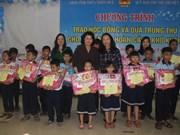 国家副主席邓氏玉盛向承天顺化省儿童颁发助学金和送去中秋节礼物
