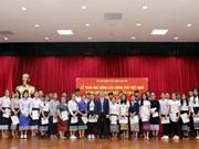 越老建交55周年:越南政府向越裔老挝人子女授予40份奖学金