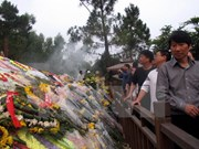 旅泰越南老教师代表团拜谒武元甲大将陵墓