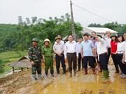越南祖国阵线中央委员会主席陈青敏向和平省灾民赠送慰问品
