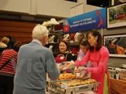2017年布拉格圣诞慈善义卖活动:越南展位吸引了众多现场参观者的浓厚兴趣