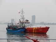一艘载有7名船员海上遇险的越南渔船成功获救