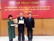 """越南授予日本樱花协会主席 """"致力于各民族和平与友谊""""纪念章"""