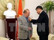 德国记者赫尔穆特·卡芬波格荣获越南友谊勋章