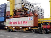 岘港港口和广宁省盖麟港迎接新年首批货物进港