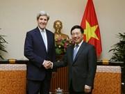 政府副总理兼外长范平明和中央经济部部长阮文平会见美国前国务卿克里