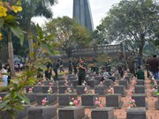柬埔寨王家军高级军事代表团在越南加莱省德机县烈士陵园敬香