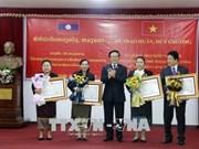越南向老挝人民革命党中央对外部工作人员授予勋章和徽章