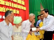 越南祖国阵线中央委员会主席陈青敏走访慰问芹苴市优抚对象和贫困群众