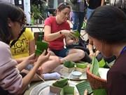 在越南的外国留学生欢乐体验越南传统春节活动