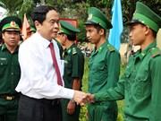 越南祖国阵线中央委员会主席陈青敏春节前走访慰问安江省边防部队和贫困群众
