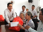 越南祖国阵线中央委员会主席莅临芹苴市开展优抚工作