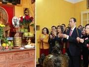 越南国家主席陈大光偕夫人向胡志明主席敬香