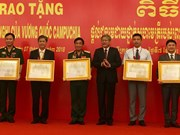 越南集体和个人荣获柬埔寨王国授予的友好合作勋章
