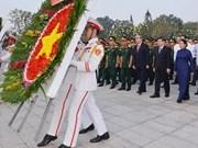 胡志明市领导向胡志明主席和孙德胜主席敬香