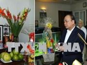 阮春福向总书记阮文灵和总理范文同敬香