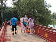 河内玉山祠准备外袍供游客免费借用