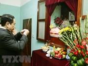 越南祖国阵线中央委员会主席陈青敏前往胡志明主席故居敬香