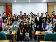 在越南留学的外国留学生欢乐体验越南传统春节活动
