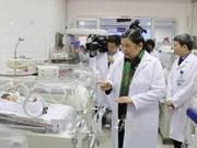 越南医师节:丛氏放和武文赏走访慰问各所医疗机构医务人员