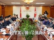 越南工贸部长陈俊英会见瑞士环境、交通、能源及电信部部长
