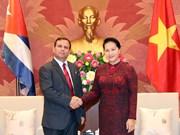 越南国会主席阮氏金银荣获古巴国务委员会授予的团结勋章