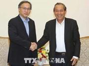 越南政府常务副总理张和平会见新加坡内政部常务副部长