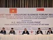 阮春福出席越南与新加坡商务论坛