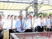 越南政府领导在长山国家烈士陵园敬香