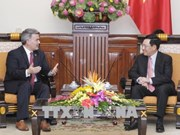 越南政府副总理兼外长范平明会见美国参议员代表团