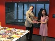 越南驻荷兰大使馆向莱顿大学图书馆赠送41本关于越南的珍贵英文版书籍