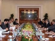 越共中央经济部部长阮文平会见越南企业论坛联盟工作代表团